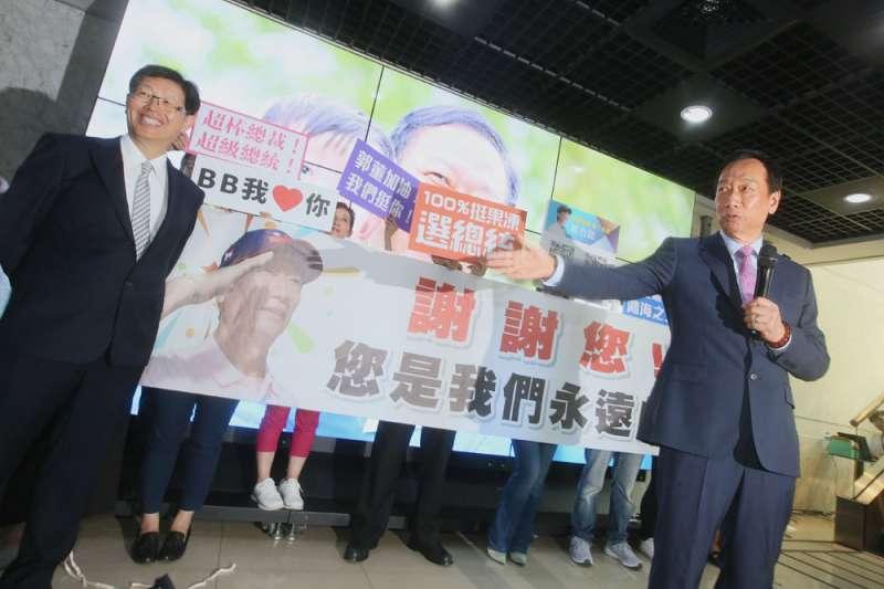 鴻海董事長郭台銘(右)交棒給劉揚偉(左),並在會後接受媒體聯訪。(柯承惠攝)