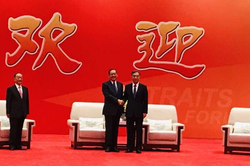 在海峽論壇上,曾永權(左)和汪洋(右)握手致意。(國民黨提供)