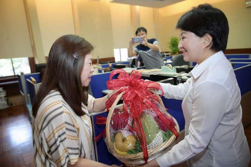 台中市長盧秀燕(右)於行政院會前至院長辦公室致贈水果籃,希望能更順利地爭取到中央經費補助。(台中市府提供)