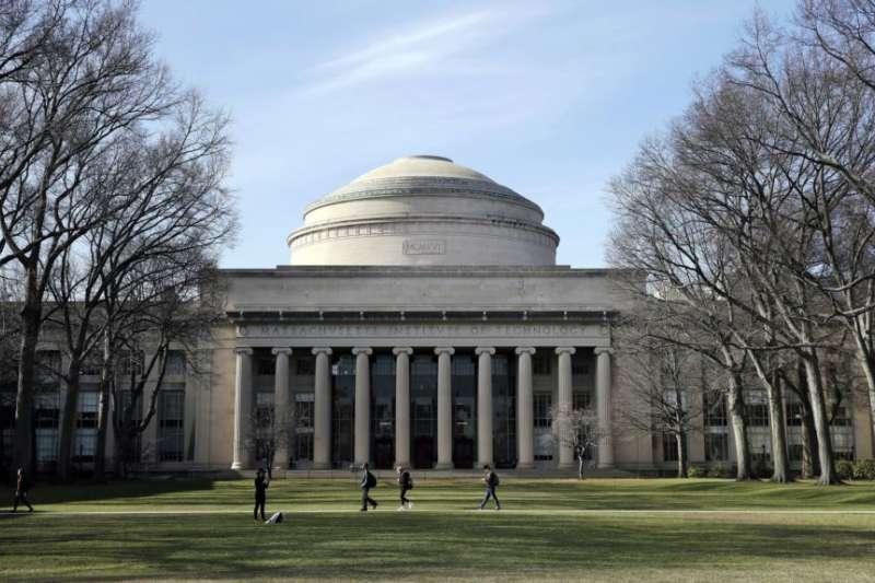 學生們走過麻省理工學院劍橋校區10號樓的「大圓頂」。(美聯社)