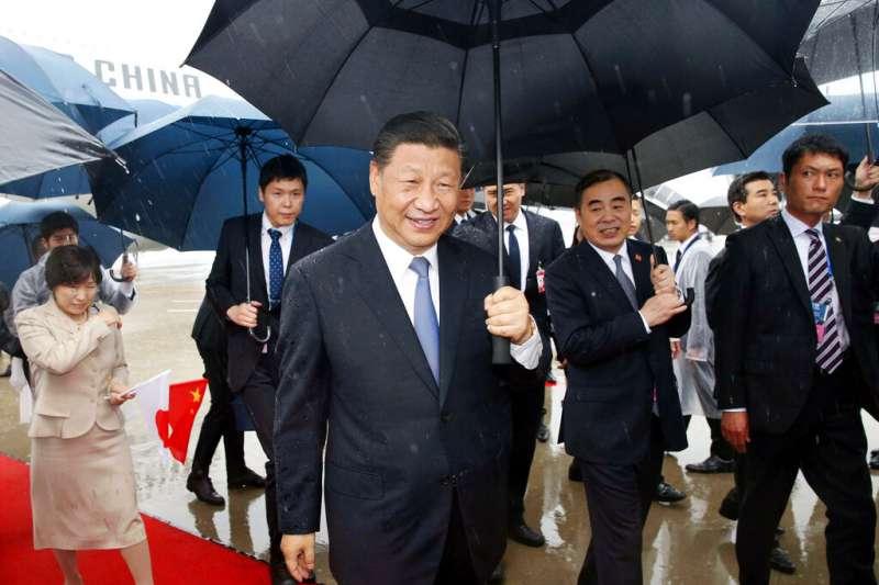 中國國家主席習近平27日到達關西國際機場。(美聯社)