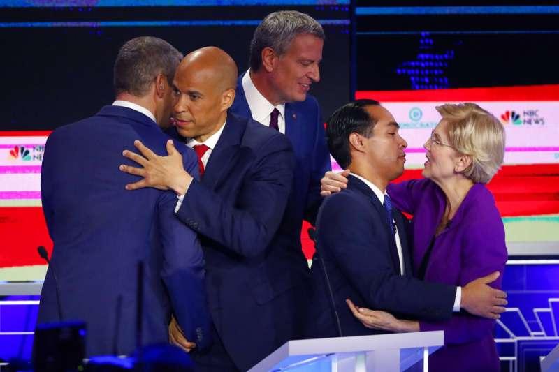 2020年美國總統大選民主黨初選首場辯論於26日、27日晚間9時熱鬧登場,本次有資格參加辯論的參選人數多達20名,故分為兩晚舉行,每場有10名參選人出席。(AP)