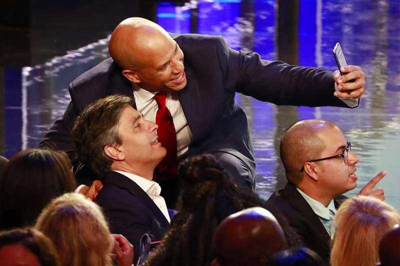 2020年美國總統大選民主黨初選首場辯論於26日、27日晚間9時熱鬧登場,本次有資格參加辯論的參選人數多達20名,故分為兩晚舉行,每場有10名參選人出席。圖為紐澤西州聯邦參議員布克與台下觀眾自拍(AP)