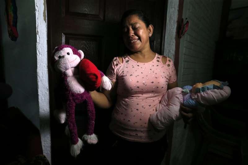 來自薩爾瓦多的馬丁內茲與幼女瓦勒瑞亞溺斃陳屍在美墨邊境的河岸邊,馬丁內茲的母親拉米雷斯難過地展示孫女的玩偶(美聯社)