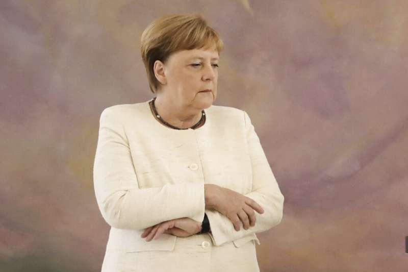 64歲的德國總理梅克爾27日出席活動時,再次出現身體不停抽搐的情況,這已是一周以來第二度發生類似情形。(AP)