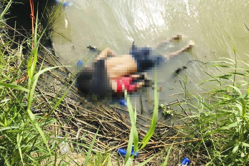 墨西哥《每日新聞報》(La Jornada)24日刊出這張移民溺水喪生照片,一對來自薩爾瓦多的移民父女,24日俯臥陳屍於美墨邊界河岸邊。(AP)