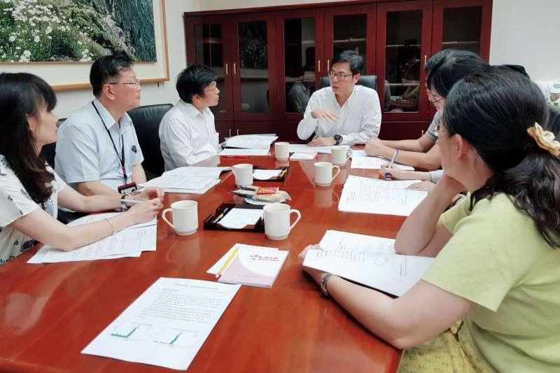 行政院副院長陳其邁26日與疾病管制署以及國家蚊媒傳染病防治研究中心一起開會,討論如何強化協助高雄的疫情防治。(取自陳其邁臉書)
