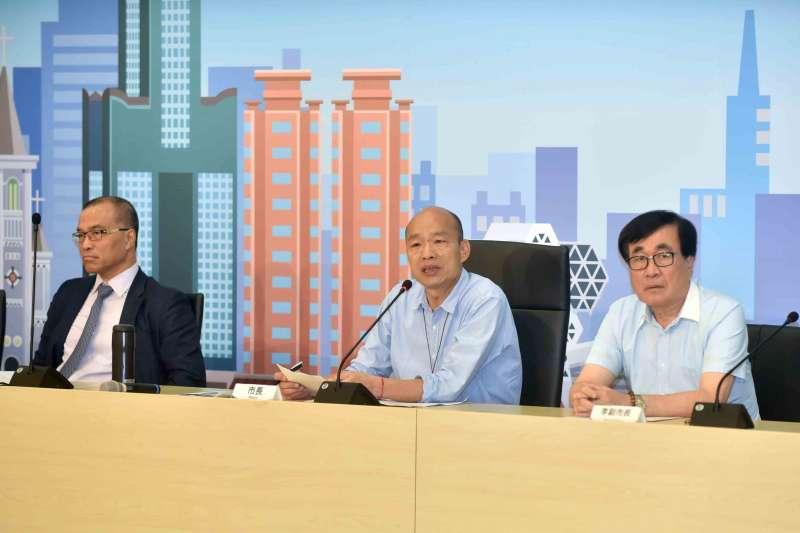 針對高雄市小三通爭議,高雄市長韓國瑜(中)28日和觀光局長潘恆旭都為此致歉。(高雄市政府提供)
