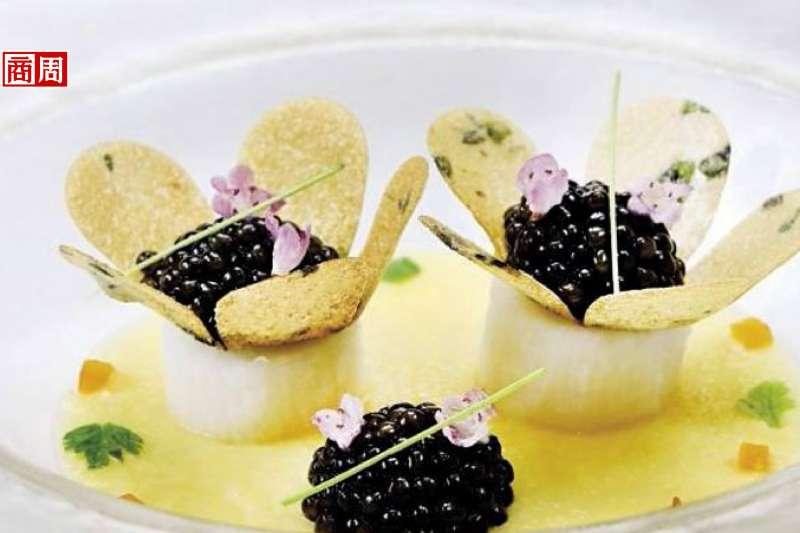 把中國人喜愛的山藥替代法國人熱中的馬鈴薯,加進個人巧思,做成一朵朵小花,相當吸睛(攝影者.張世平)