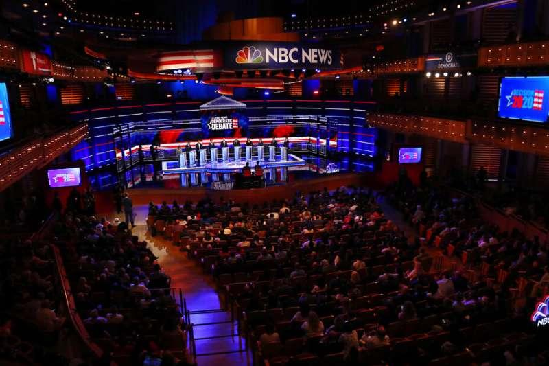 2020年美國總統大選民主黨初選首場辯論於26日、27日晚間9時熱鬧登場。(AP)