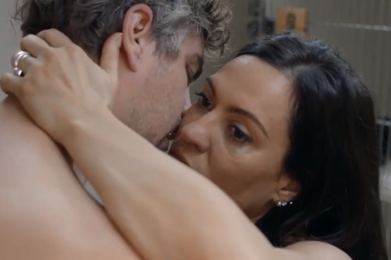 皮膚科女教授為了做實驗,開啟了情慾之旅。(圖/imdb)