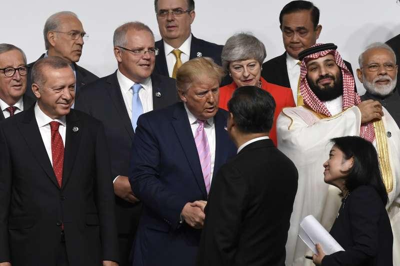 2019年6月28日,G20領導人峰會在日本大阪登場,美國總統川普與中國國家主席習近平握手(AP)