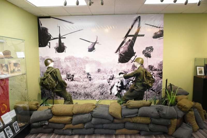 越南共和國博物館,位於南加州小西貢,是為了紀念1955年到1975年之間的越南反共將士而建。從越南共和國陸軍官兵的M-1鋼盔、草綠色軍裝還有在天空中飛舞的UH-1直升機來看,或多或少能看到同一時期中華民國國軍的影子。中華民國與越南共和國這對難兄難弟的關係,並非始於越南戰爭,而是更早的辛亥革命時代。(許劍虹提供)
