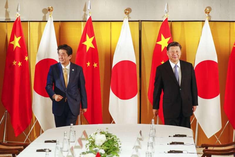 中國國家主席習近平與日本首相安倍晉三。(美聯社)