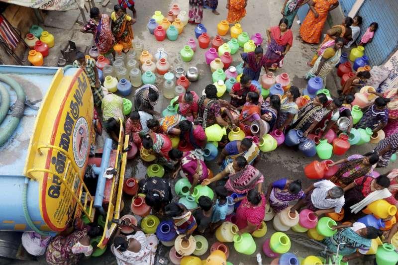 印度南部坦米爾納德邦首府清奈面臨70年來最嚴重乾旱,為了取水,許多民眾每天得排隊數小時(美聯社)