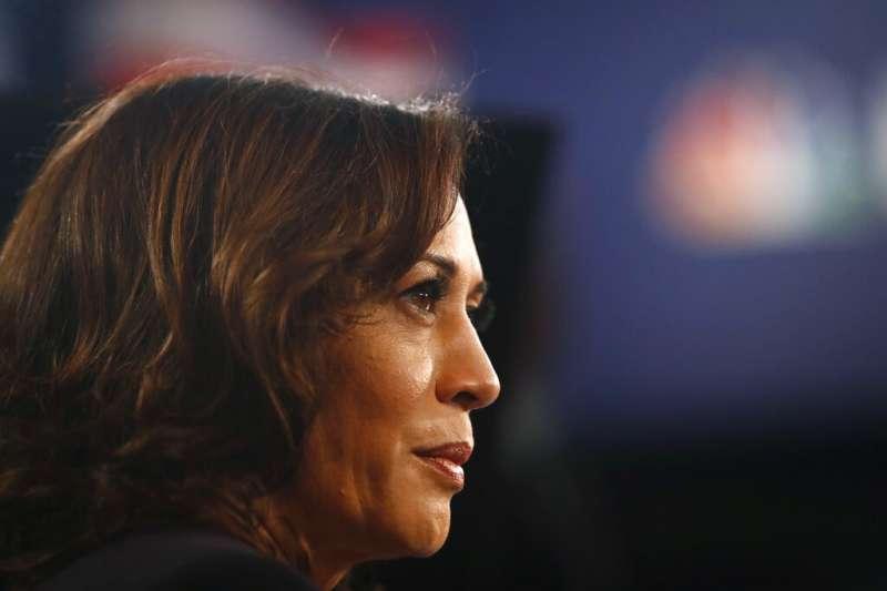 2020年美國總統大選民主黨初選首場辯論於26日、27日晚間9時熱鬧登場,圖為加州聯邦參議員賀錦麗。(AP)