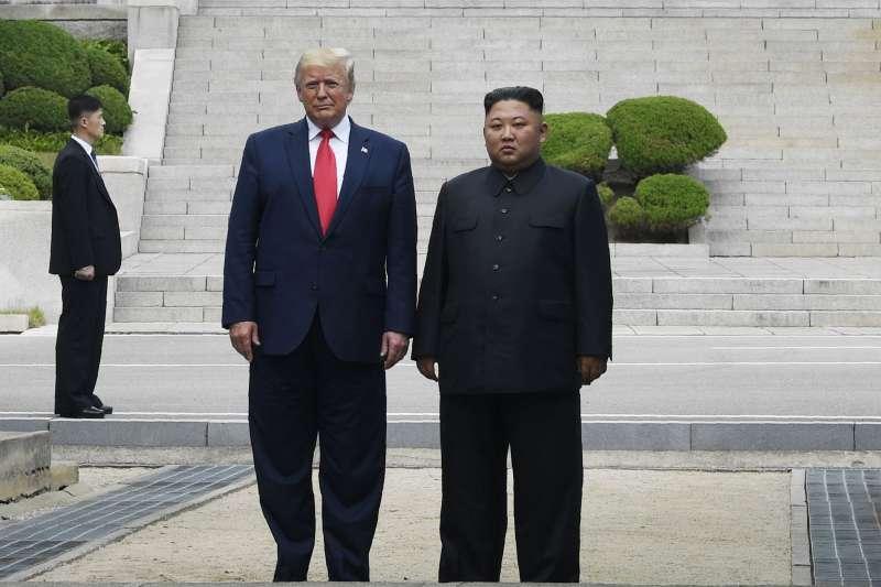 2019年6月30日,美國總統川普與北韓領導人金正恩在兩韓交界「非軍事區」(DMZ)板門店會面,川普成為第一位踏上北韓的現任美國總統(AP)