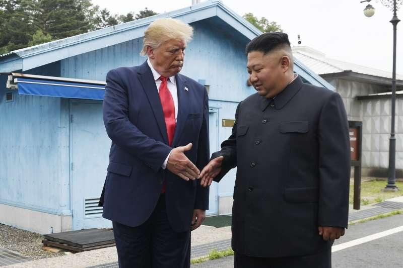2019年6月30日,美國總統川普與北韓領導人金正恩在兩韓交界「非軍事區」(DMZ)板門店會面(AP)