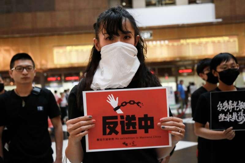 20190630-在台香港學生及畢業生逃犯條例關注組30日於台北車站手持標語支持香港。(簡必丞攝)