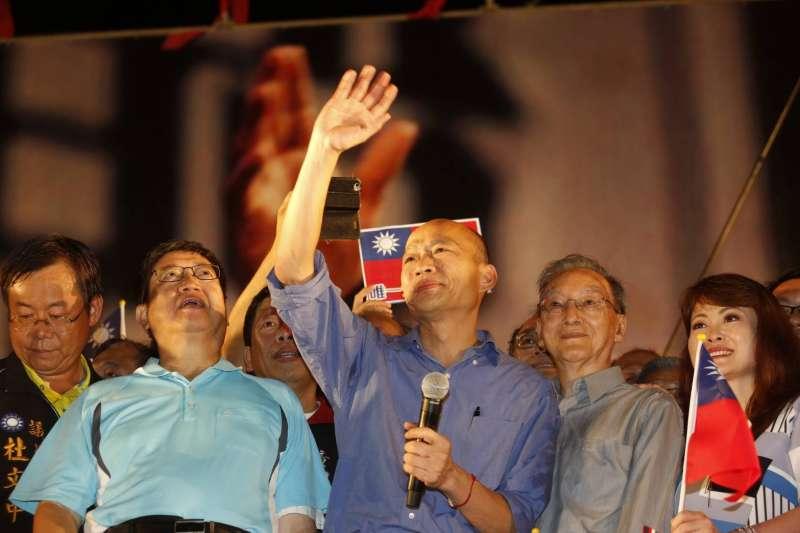 高雄市長韓國瑜(右三)揮手,6月30日在新竹封關造勢。(新新聞郭晉瑋攝)