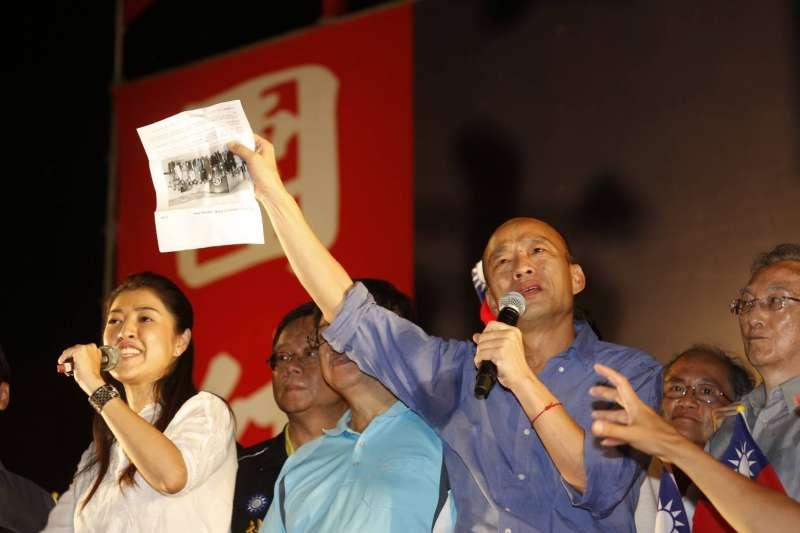 高雄市長韓國瑜(前右二)拿出友人資料,指去年中央政府派人對印尼、越南登革熱疫情出錢出力出經驗。(新新聞郭晉瑋攝)