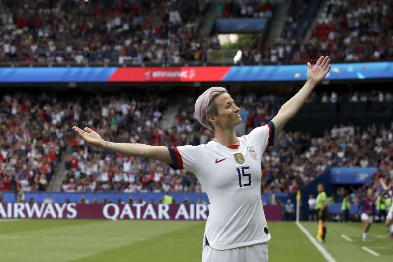 2019年女子足球世界盃,美國隊長拉皮諾(Megan Rapinoe)在法國比賽中個人獨進兩球,擺出經典慶功姿勢(AP)