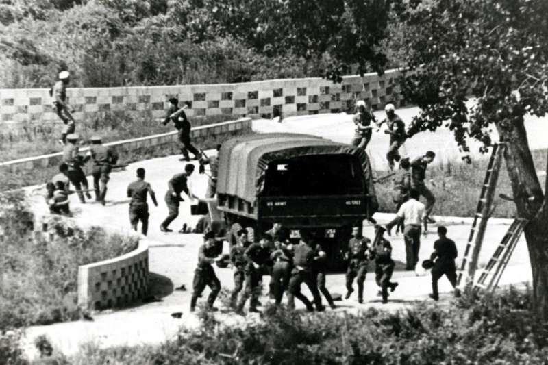 1976年8月18日,北韓軍人與美軍在兩韓交界的板門店非軍事區(DMZ)發生流血衝突(AP)