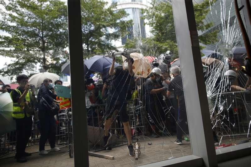2019年7月1日,香港再度爆發反《逃犯條例》修訂、反送中大規模示威(AP)