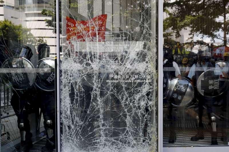 2019年7月1日,香港再度爆發反《逃犯條例》修訂、反送中大規模示威,示威者衝撞立法會(AP)