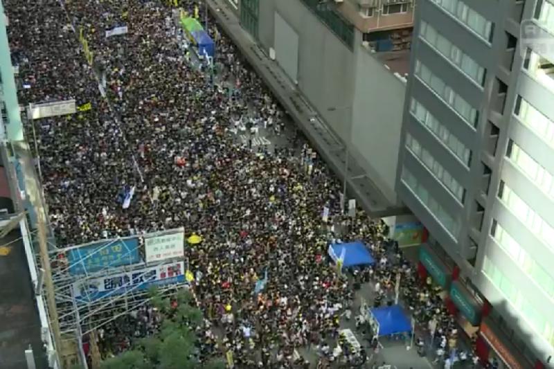 七月一日,大批身穿黑衣的香港民眾走上街頭,響應民陣發起的七一遊行(翻攝自網路影片)