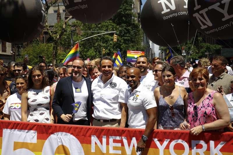 石牆事件50周年:紐約州長郭謨參加紐約同志遊行(AP)