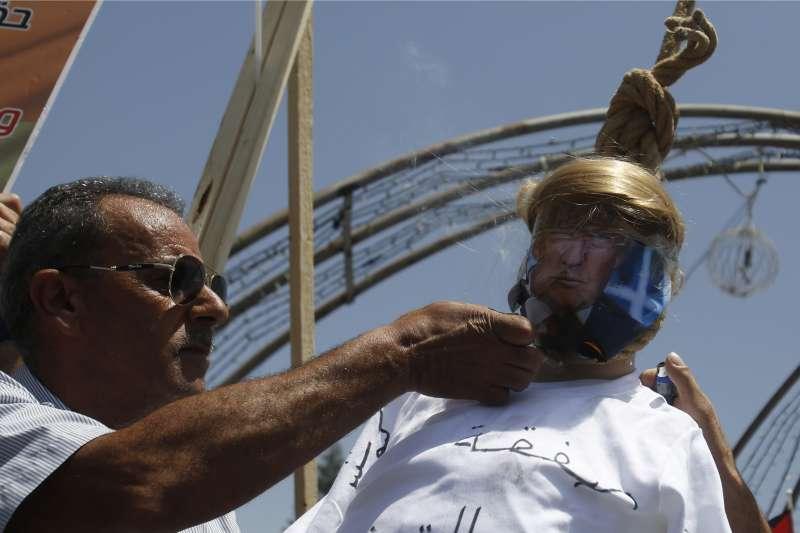 巴勒斯坦人眼中釘,美國總統川普化身為被吊死、焚燒的芻像(AP)