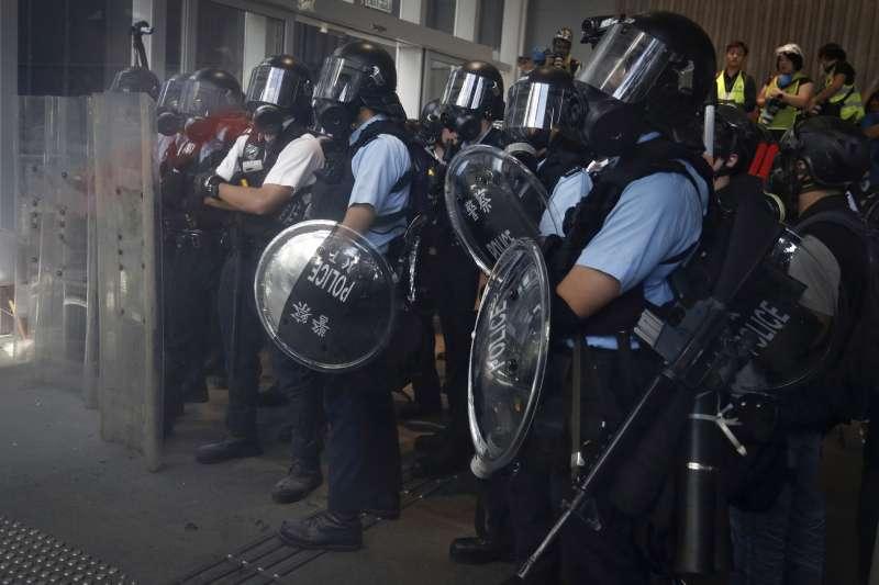 2019年7月1日,香港「反送中」運動示威者衝擊立法會,警方嚴陣以待(AP)