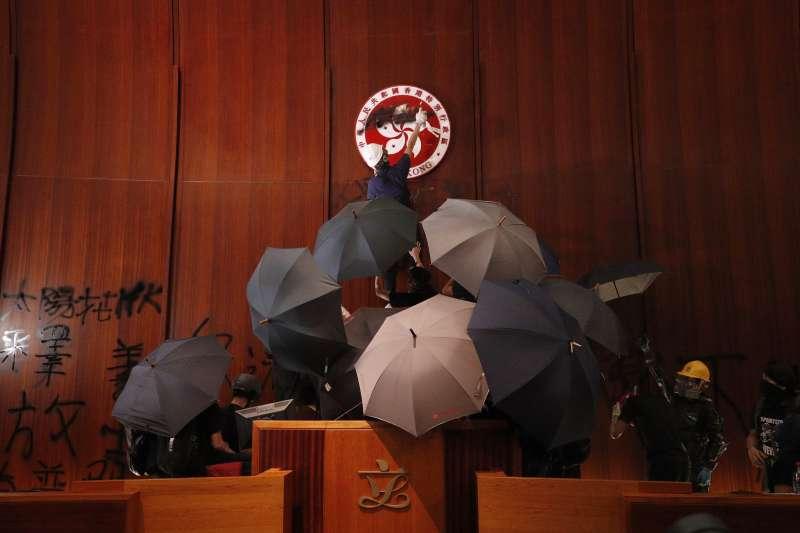 在七一回歸紀念日,香港人以占領立法會的港版太陽花「慶祝」。(AP)