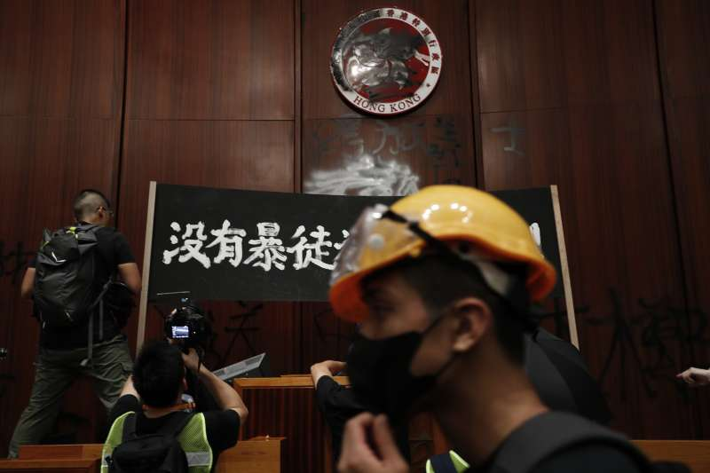 2019年7月1日,香港再度爆發反《逃犯條例》修訂、反送中大規模示威,示威者晚間衝進立法會(AP)
