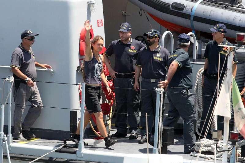 卡羅拉(Carola Rackete)為2019年最具爭議人物之一,為了營救海上難民,她強行將船停靠義大利港口,雖被歐洲視為「英雄」,卻被義大利當作「罪犯」,恐面臨法律後果。(資料照,AP)