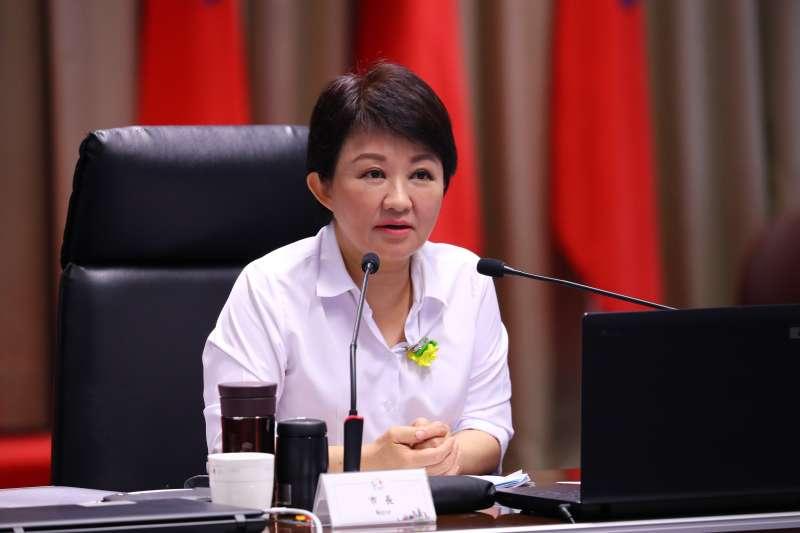 臺中市長盧秀燕在2日市政會議中,要求將空汙相關數據資料下載在手機,隨時向市民朋友報告。(圖/臺中市政府提供)
