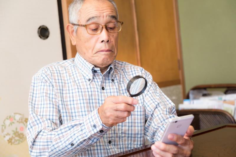 銀髮族使用智慧型手機(圖/PAKUTASO)