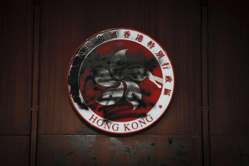 香港反送中:示威群眾衝進立法會(AP)