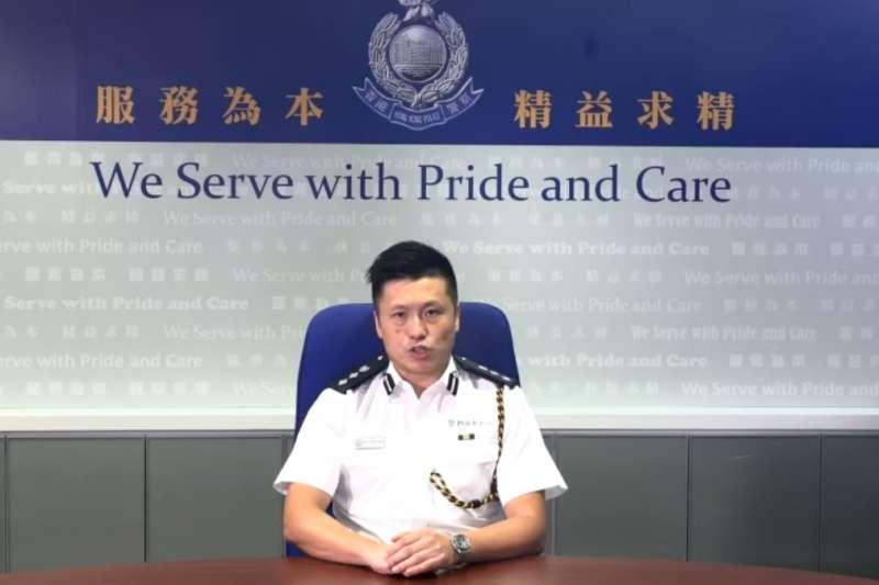 港示威民眾1日晚間9時闖入立法會議場後,香港警務處發表短片譴責。但網友發現,片中發言的公關科總警司謝振中,手錶上的時間是5時。(圖取自facebook.com/HongKongPoliceForce)