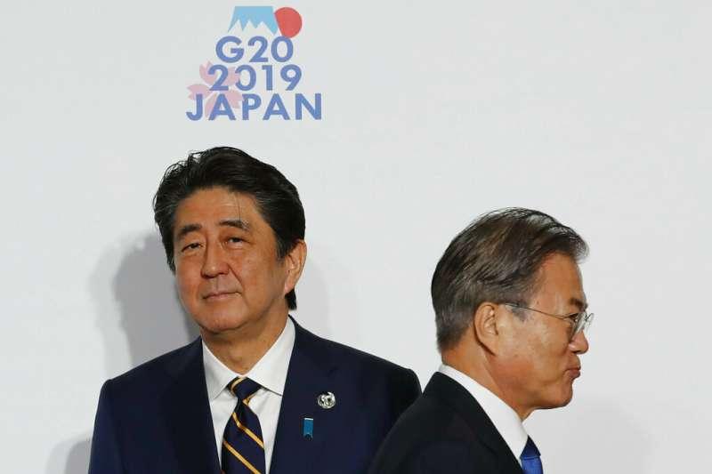 日相安倍晉三(左)對南韓強烈不滿,在G20峰會拒絕與文在寅(右)單獨會面。(美聯社)