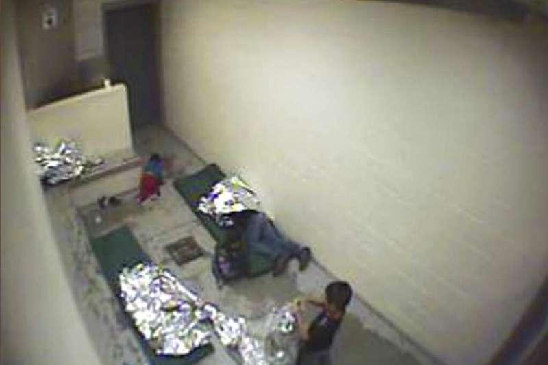 20190702美國國土安全部2日發表報告警告稱,美墨邊境的移民安置機構爆滿,「非常危險」,釋出的照片畫面令人不忍。圖為2016年美墨邊境拘留所的情況。(AP)