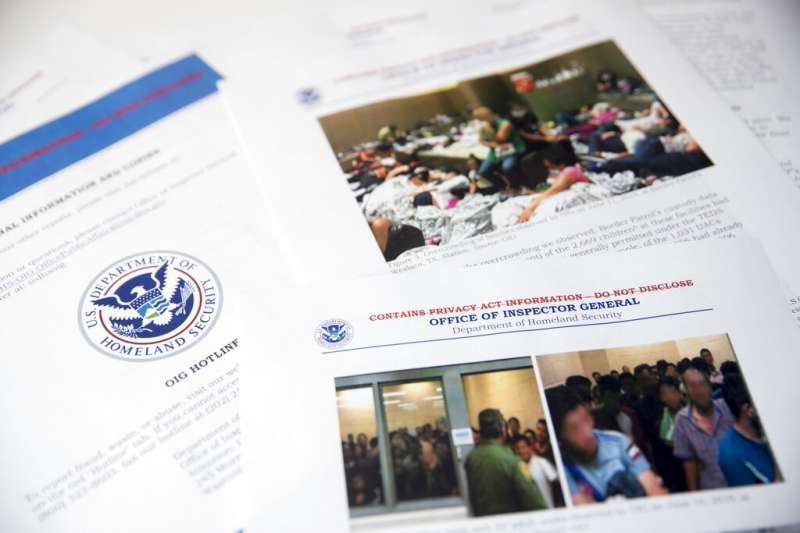 美國國土安全部2日發表報告警告稱,美墨邊境的移民安置機構爆滿,「非常危險」,釋出的照片畫面令人不忍。(AP)