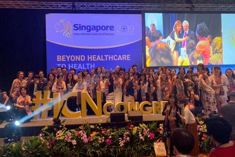 台灣護理學會副理事長黃璉華2日出席國際護理協會(ICN)年會閉幕式,在會中竟遭中國代表將名牌翻到背面。(取自台灣護理學會臉書)