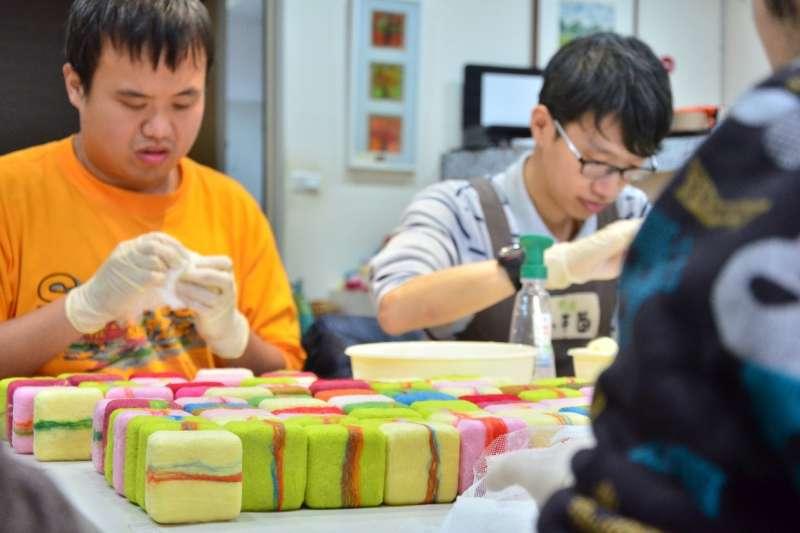 企業訂單對小羊苗庇護工場而言,是最大鼓勵,而6位庇護員工也在工作中找到自信與價值。  (圖/新北市勞工局提供)