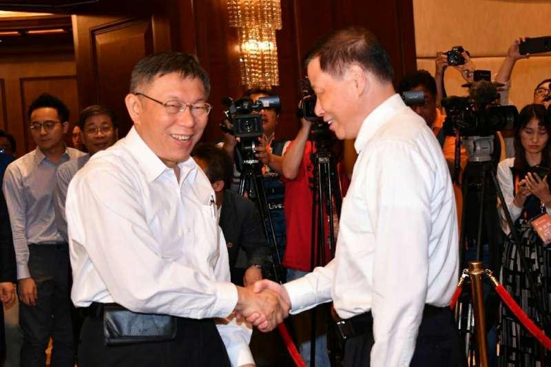 台北上海雙城論壇4日開幕,台北市長柯文哲(左)致詞時,重申「兩岸一家親」與5個互相態度。(資料照,北市府提供)