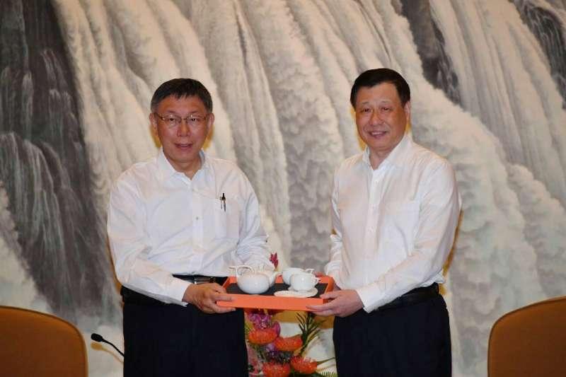 雙城論壇4日在上海舉行,台北市長柯文哲與上海市長應勇互贈禮物。(北市府提供)