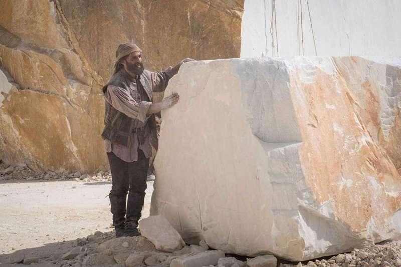 義大利演員安瑞克羅維梭在雕刻《大衛像》時,雙臂嚴重拉傷(圖/IMDb)
