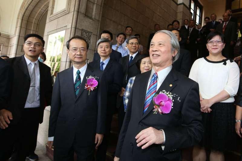 前司法院長賴浩敏(前右)2016年交接給現任司法院長許宗力(前左)。(郭晉瑋攝)