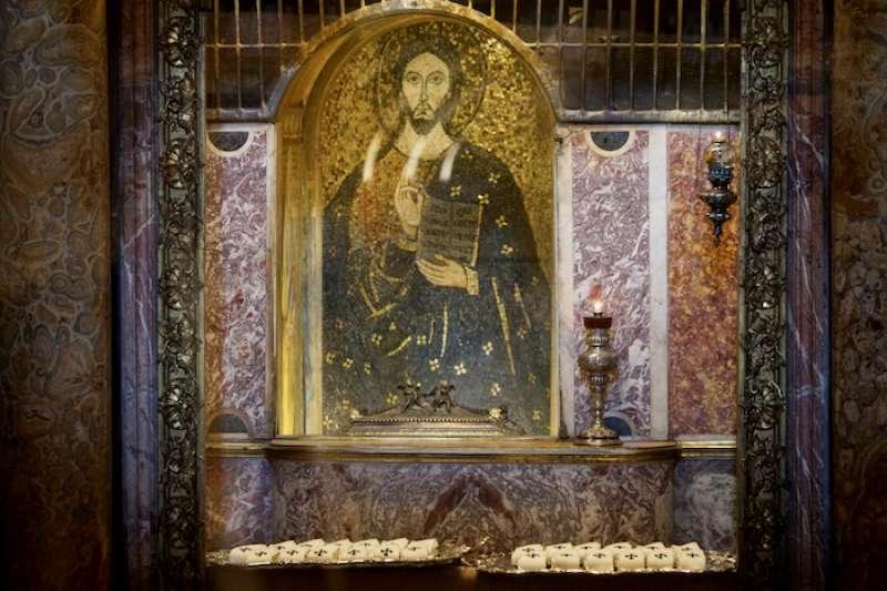 在聖伯多祿墓前被祝聖的披帶 (曾廣儀攝)